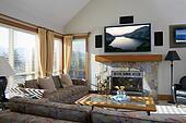 Archivio di immagini soggiorno con televisione schermo for Tv sopra camino