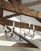 Stock foto kijkend op messing kroonluchter en geverfde beamed plafond u15389964 zoek - Blootgestelde balken ...