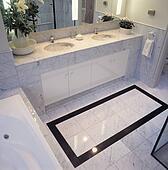 Schwarz gekachelt umrandungen in marmor fu boden fliesenmuster in modernes badezimmer - Fliesenmuster schwarz weiay ...