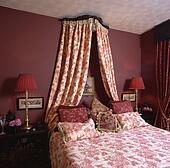 Stock fotografie verlicht lamp op tafel naast bed for Spiegel boven bed