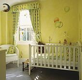 Stock fotografie pastel gele gordijnen en patterned behangen in baby babykamer met - Pastel slaapkamer kind ...