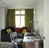 banque de photographies petit table et chaise devant fen tre vert rideaux dans. Black Bedroom Furniture Sets. Home Design Ideas