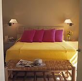Stock afbeelding witte drapes boven bed met mauve for Spiegel boven bed