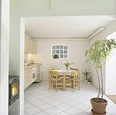 Stock fotografie uvictoriaanse trant lantaarntje boven wooden table en stoelen in land - Geloof spiegel keuken ...