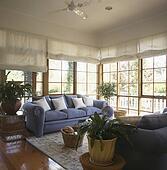 Bilder blau sofas in wei k sten wohnzimmer mit for Couch vor fenster